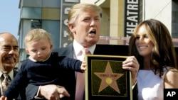 """Donald Trump, le milliardaire développeur et producteur de NBC """"The Apprentice"""", avec sa femme, Melania Knauss, et leur fils, Barron, posent pour une photo après qu'il a été honoré avec une étoile sur le Hollywood Walk of Fame à Los Angeles, mardi 16 janvier 2007."""
