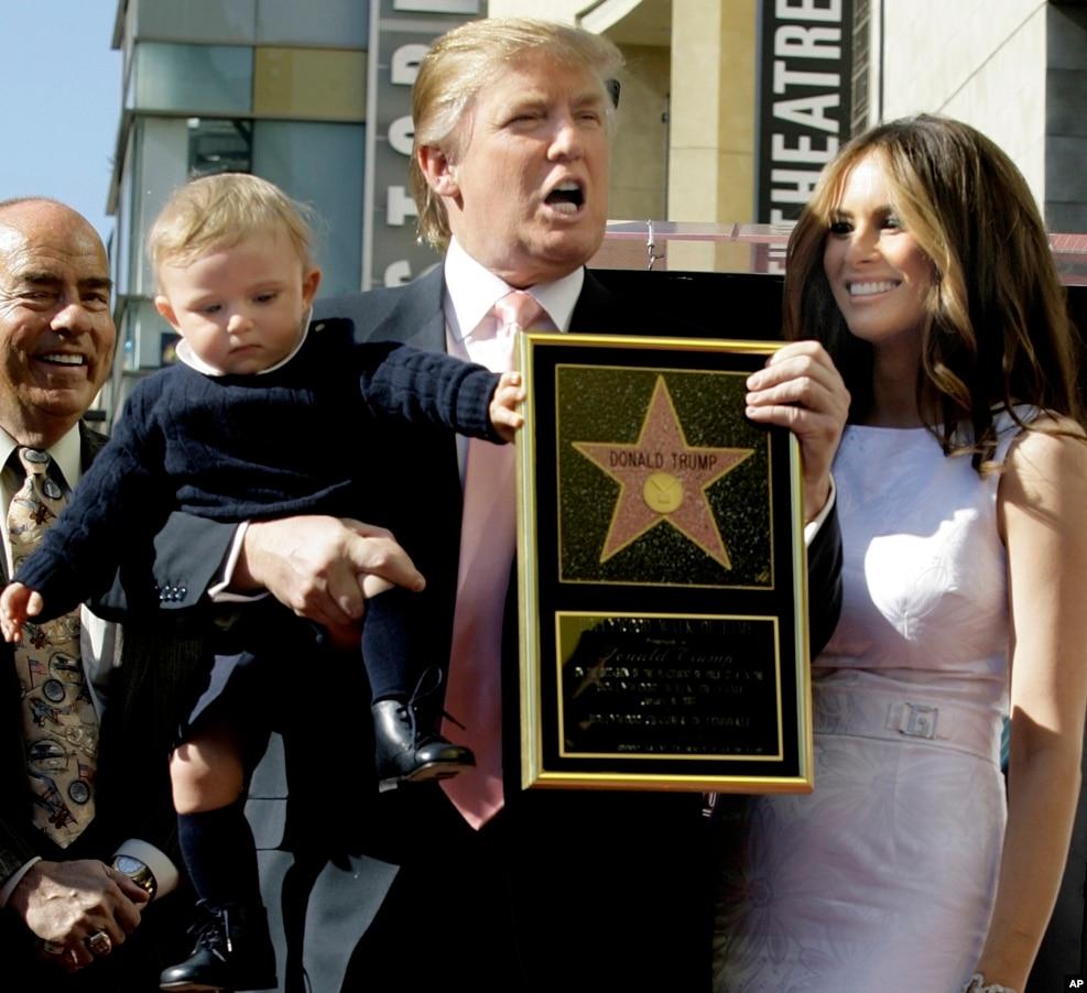 2007年1月16日,電視節目《學徒》的製作人川普獲得好萊塢星光大道上的一顆星。 他手拿星星,和妻子梅蘭尼亞、兒子巴倫合影