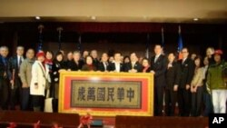 美東僑界致贈給臺灣的金剛經匾額(黃色小點為金剛經)