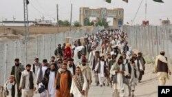 چمن کے مقام پر افغانستان سے لوگ پاکستان میں داخل ہو رہے ہیں۔ فائل فوٹو