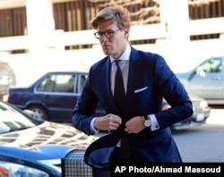 로버트 뮬러 특별검사에 의해 '거짓진술' 혐의로 기소된 알렉산더 밴더즈완 변호사가 20일 워싱턴 연방법원에 도착하고 있다.