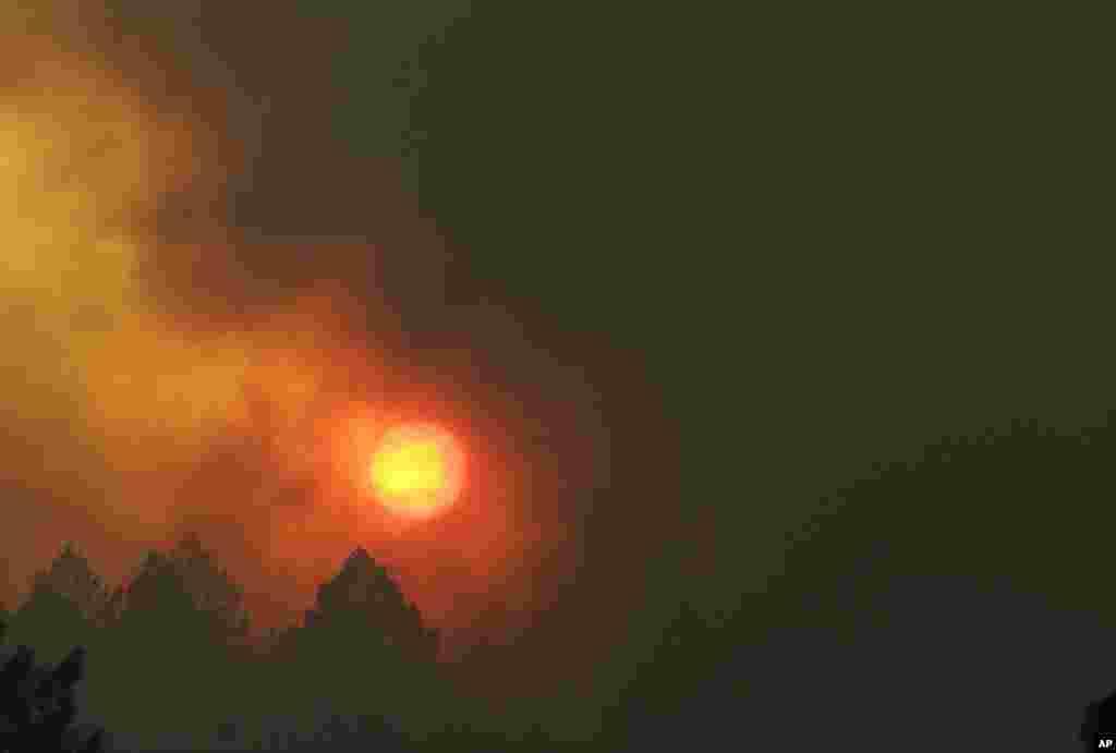 درخشش نور خورشید از میان گرد و غبار و مه ناشی از آتش سوزی گسترده در شمال کالیفرنیا