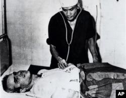 Hanoy səmasında bombardmançı missiyasını yerinə yetirərkən vurularaq əsir götürülmüş Con Makkeyn hospitalda ilkin müayinədən keçir. 26 oktyabr, 1967. Qarşıda Makkeyni beş illik əsir həyatı gözləyirdi.