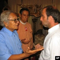Senior members of Aung San Suu Kyi's National League for Democracy meet with UN special rapporteur Tomas Ojea Quintana (R) in Rangoon, (File)