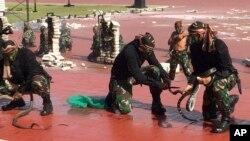 Pasukan khusus Indonesia menunjukkan cara penangan ular di depan Menteri Pertahanan AS, Jim Mattis di Jakarta, Indonesia. Rabu, 24 Januari 2018 (foto: AP Photo/Robert Burns)