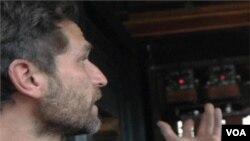 Taylor Lee Shepherd menunjukkan kreasinya, yaitu komputer yang ditempelkan pada dinding pondok kayu untuk merekam suara dan bisa dimainkan kembali.