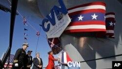 Bà Susan Ford Bales đã làm lễ đặt tên cho chiến hạm mang tên cha mình, cố Tổng thống Gerald Ford.