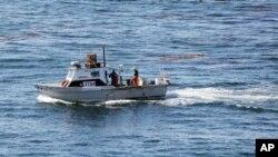 Небольшое рыболовецкое судно у берегов Калифорнии.