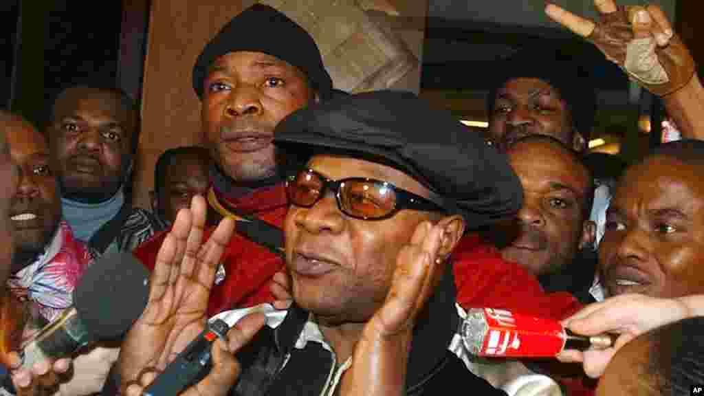 Pop star congolais Papa Wemba, est acuelli par ses partisans et les journalistes alors qu'il quitte le palais de justice de Bobigny, Paris, 17 novembre 2004.