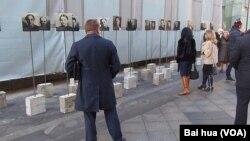 最高軍事法庭遺址前展出的當年被這家法庭判處死刑的人們的照片(美國之音白樺拍攝)