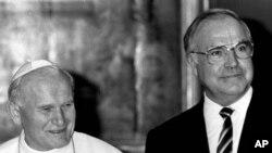 Helmut Kohl con el papa Juan Pablo II en el Vaticano. Jun. 24 de 1986.