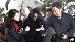 Cho Hyun-ah (tengah) mantan wakil presiden Korean Air Lines, tiba di kantor kejaksaan Seoul di Korea Selatan, Desember 2014. (AP/Ahn Young-joon)