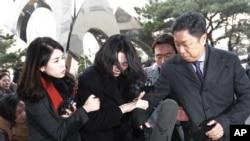 លោកស្រី Cho Hyun-ah (រូបកណ្តាល) អតីតអនុប្រធានក្រុមហ៊ុនអាកាសចរណ៍ Korean Air Lines បានមកដល់ការិយាល័យរបស់រដ្ឋអាជ្ញា Seoul Western District Prosecutors Office នៅក្នុងទីក្រុងសេអ៊ូល ប្រទេសកូរ៉េខាងត្បូង កាលពីថ្ងៃទី៣០ ខែធ្នូ ឆ្នាំ២០១៤។