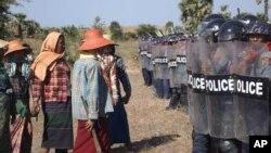 2014年12月22日銅礦項目抗議者與警察。