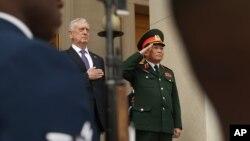 Ông Mattis đón Bộ trưởng Quốc phòng Việt Nam Ngô Xuân Lịch hồi năm ngoái.