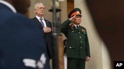 8일 제임스 매티스 미국 국방장관(왼쪽)이 펜타곤에서 응오 쑤언릭 베트남 국방방관과 만남을 가졌다.
