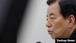 한민구 한국 국방장관이 지난달 28일 국회에서 열린 국회 국방위원회 전체회의에서 한일군사정보협정과 관련한 질의에 답하고 있다.