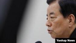 한민구 한국 국방장관이 지난달 28일 국회에서 열린 국방위원회 전체회의에서 한일군사정보협정과 관련해 질의에 답하고 있다.