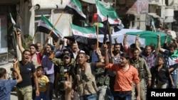 Quân nổi dậy và thường dân hô khẩu hiệu trong một cuộc biểu tình bày tỏ lòng đoàn kết với Quân đội Syria Tự do và người dân Aleppo, tại thị trấn Azaz, 27/9/2016.
