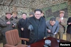Lãnh tụ Bắc Triều Tiên Kim Jong Un (giữa) chỉ đạo việc phóng thử nghiệm hệ thống rocket. Ảnh do hãng tin nhà nước KCNA đưa ra tại Bình Nhưỡng ngày 4/3/2016.