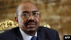Omar el-Béchir, président du Soudan, écoute Hosni Mubarak lors d'une réunion au Caire, le 22 février 2009.