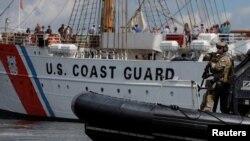 美國海岸警衛隊海上安全應急小組在波士頓港海域巡邏。 (2017年6月20日)