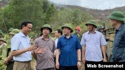 Phó Thủ tướng Vương Đình Huệ tiếp tục thị sát trực tiếp việc chữa cháy rừng tại huyện Đức Thọ vào trưa 1/7 ngay sau khi tiếp xúc cử tri. (Nguồn: VGP)