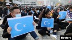 香港示威者2019年12月22日手持東突厥斯坦旗幟支持維吾爾族人(路透社)
