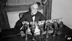 Tổng thống Franklin D. Roosevelt phát biểu trên đài phát thanh từ Phòng Bầu dục của Tòa Bạch Ốc ngày 27/2/1941.
