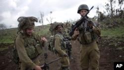 在戈兰高地进行训练的以色列士兵调整他们的武器。(2014年2月26日)