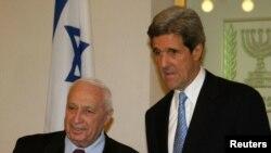 2005년 당시 샤론 이스라엘 총리 (왼쪽)가 존 케리 당시 미 상원의원을 만나는 장면 (자료사진)