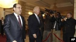 ນາຍົກລັດຖະມົນຕີອີຣັກ ທ່ານ Nouri al-Maliki (ຊ້າຍ) ຍ່າງໄປກັບທ່ານ Joe Biden ຮອງປະທານາທິບໍດີ ສະຫະລັດລຸນຫລັງທີ່ທ່ານໄປເຖິງນະຄອນແບັກແດກ ໃນເຊົ້າວັນທີ 13 ມັງກອນ ເພື່ອພົບປະໂອ້ລົມກັບບັນດາ ຜູ້ນຳໃໝ່ຂອງລັດຖະບານອີຣັກ.