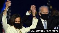 រូបឯកសារ៖ លោក Joe Biden (ស្ដាំ) និងអ្នកស្រី Kamala Harris ឈរនៅលើឆាក ក្រោយពីថ្លែងសុន្ទរកថានៅក្រុង Wilmington រដ្ឋ Delaware បន្ទាប់ពីត្រូវបានគេសន្មតថាអ្នកទាំងពីរឈ្នះការបោះឆ្នោតប្រធានាធិបតី ថ្ងៃទី៧ ខែវិច្ឆិកា ឆ្នាំ២០២០។