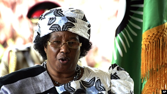 Malawi's President Joyce Banda gives a press conference in Lilongwe, April 10, 2012.