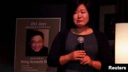 지난 10일 미국 시애틀에서 북한에 억류된 한국계 미국인 케네스 배의 석방을 촉구하는 촛불 집회가 열린 가운데, 여동생 테리 정 씨가 눈물을 흘리며 말하고 있다.