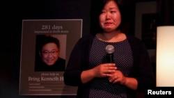 裴俊皓(或译裴俊虎)姊妹2013年8月10日在西雅图守夜时哭泣