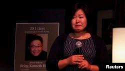 지난해 케네스 배 씨 석방을 촉구하는 촛불 집회에 참석한 여동생 테리 정 씨가 눈물을 흘리며 말하고 있다.