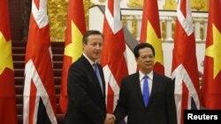នាយករដ្ឋមន្រ្តីអង់គ្លេស David Cameron (រូបឆ្វេង) ថតរូបជាមួយសមភាគីវៀតណាមរបស់លោក គឺលោក Nguyen Tan Dung នៅឯការិយាល័យរដ្ឋាភិបាលនៅក្នុងក្រុងហាណូយ កាលពីថ្ងៃទី២៩ ខែកក្កដា ឆ្នាំ២០១៥។