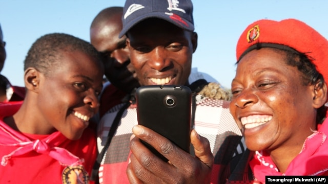 Zimbabweans accessing the internet to read about Baba Jukwa in Harare, Tuesday, July, 9, 2013.