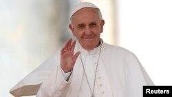 Paus Fransiskus mengumumkan pengangkatan orang-orang suci yang baru di Vatikan, Minggu 12/5 (foto: dok).
