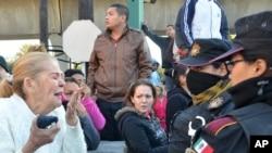 Thân nhân của các tù nhân bên ngoài nhà tù Topo Chico, ở Monterrey, Mexico, ngày 11/2/2016.