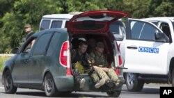 Phiến quân thân Nga tại bên ngoài Donetsk, miền đông Ukraine.
