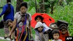 Chiến dịch chống nổi dậy của chính phủ Miến Ðiện đã làm cho người Karen trở thành nạn nhân của những vụ chà đạp nhân quyền. Hàng vạn dân làng đã phải bỏ nhà cửa đi lánh nạn