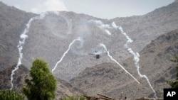 2011年7月17日,驻阿富汗的北约联军一架武装直升机在首都喀布尔东部的楠格哈尔省一个山区向塔利班武装分子占据的一栋建筑物进行攻击。