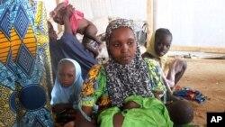 Une famille ayant fui Boko Haram, dans le camp de réfugiés de Minawao, au Cameroun. (AP Photo/Edwin Kindzeka Moki)