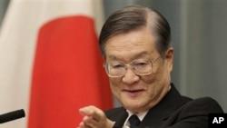 ລັດຖະມົນຕີປ້ອງກັນປະເທດຄົນໃໝ່ຂອງຍີ່ປຸ່ນ ທ່ານ Satoshi Morimoto ໃນກອງປະຊຸມໃຫ້ສໍາພາດຂ່າວ ຫລັງຈາກຖືກແຕ່ງຕັ້ງ ໃນວັນຈັນ ທີ 4 ມີຖຸນາ 2012. (AP Photo/Shizuo Kambayashi)