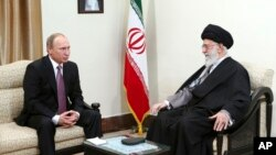 23일 이란을 방문한 블라디미르 푸틴 러시아 대통령(왼쪽)이 수도 테헤란에서 아야톨라 알리 하메네이 최고지도자와 만났다.