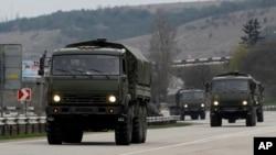 俄罗斯军车队从港口塞瓦斯托波尔驶向克里米亚首府辛菲罗波尔。(2014年3月2日)