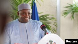Le président gambien Adama Barrow tient une conférence de presse à sa résidence à Banjul, le 28 janvier 2017.