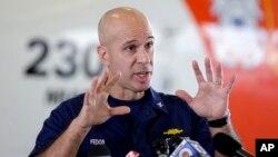 美國海岸警衛隊隊長10月5日講及關於燈塔號情況資料照。